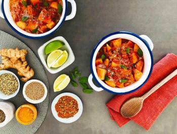 Curry de patatas Red Pontiac con leche de coco y hojas de menta fresca