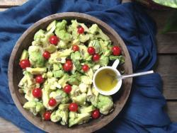 Ensalada de brócoli, aguacate y tomates cherry para perder peso sin pasar hambre