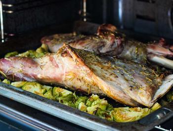 Espalda de cordero al horno con coles de bruselas