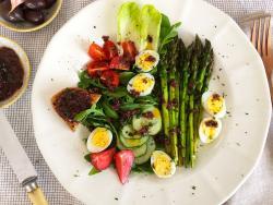 Primavera con espárragos, huevos de codorniz y aliño mediterráneo: depurando sin arrasar