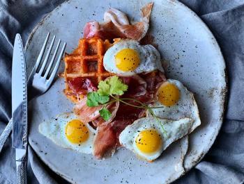 Gofres acompañados de huevos de codorniz y jamón ibérico