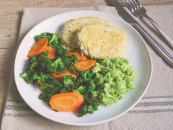 Hamburguesas de bacalao con aguacate y salteado de zanahoria y kale