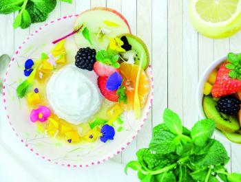 Yogur de nueces de macadamia con frutas y flores