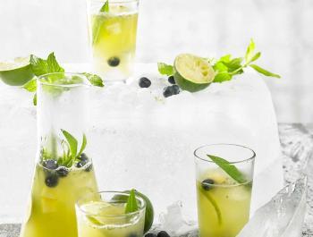 Limonada de agua de coco, lima y matcha