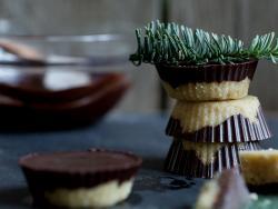 Mazapán casero cubierto de chocolate negro
