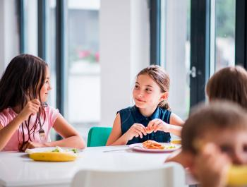 ¿Cómo tienen que comer los niños durante la etapa escolar?