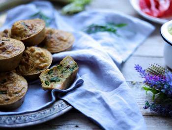 Muffins salados de gambas y espárragos