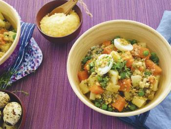 Ensalada de patata y boniato prebióticos con guisantes, huevos de codorniz y pesto con tomillo
