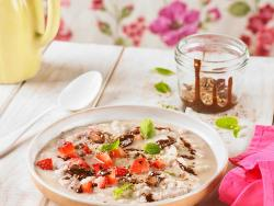Porridge o crema de coco con chocolate, semillas y fresones