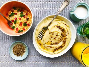 Puré de patatas Kennebec con salteado de comino con ghee y acompañado con coco tostado, granada y cilantro