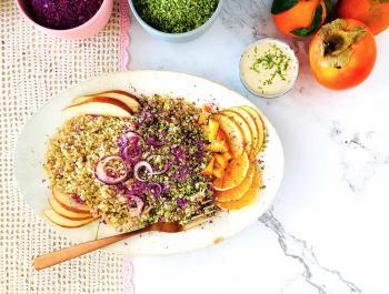 Ensalada tibia de quinua, crucíferas, fruta fresca y salsa lima-tahina