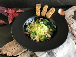 Sopa ramen vegetal con tempeh crujiente