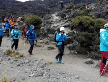 Coronan el Kilimanjaro para hacer visible la superación del cáncer