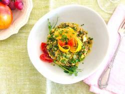 Refuerzo otoñal de risotto de sarraceno con deliciosos níscalos, crujiente de especias y protección extra de calabaza.