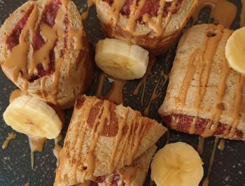 Rollitos de plátano y avena con mermelada de fresa