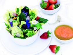 Ensalada verde con flores y «dip» de mango y fresones