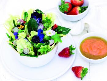 """Ensalada verde con flores y """"dip"""" de mango y fresones"""