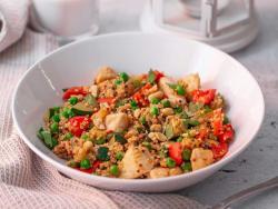 Salteado de quinua, pollo y guisantes