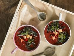 Caldo rojo con wakame, tempeh y ajo negro