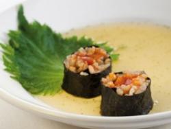 Sushi de shiso verde y erizo de mar