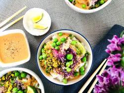 Tallarinas thai de primavera con perlas verdes y salsa de cacahuete, pura inspiración de vida