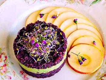 Tártaro de aniversario violeta con crema de aguacate y salsa ligera de pistachos