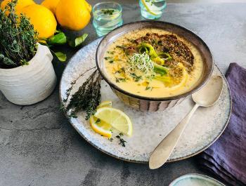 Sopa que alimenta de tomillo, huevos y limón