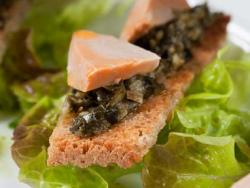 Tostadita con foie de mar y tártaro de algas